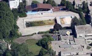 La piscine des ayguinards, laissée à l'abandon pendant des années avant sa destruction.