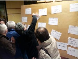 Atelier d'urbanisme participatif. Les habitants votent pour sélectionner les projets alternatifs.