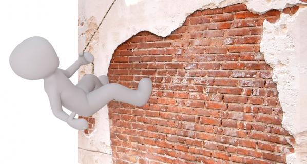 Les habitants, encore devant un mur